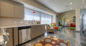 Piso Epóxi Porcelanato Líquido em cozinhas residenciais e industriais